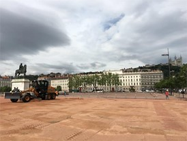 The 836 C grader on the Place Bellecour in Lyon, France