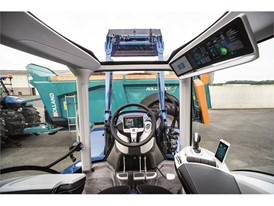 Panoramic roof, headliner display and steering wheel monitor ensure ergonomic, intuitive operation
