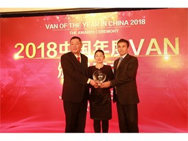 Ms. Yu Jing, Chairwoman of the VOY China jury (center) with Federico Bullo Vice President IVECO APAC (right)