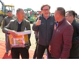 纽荷兰产品总监米凯利先生与客户代表亲切交谈