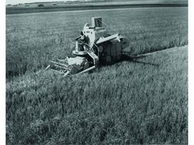 1952年,Claey在欧洲推出首款自走式联合收割机