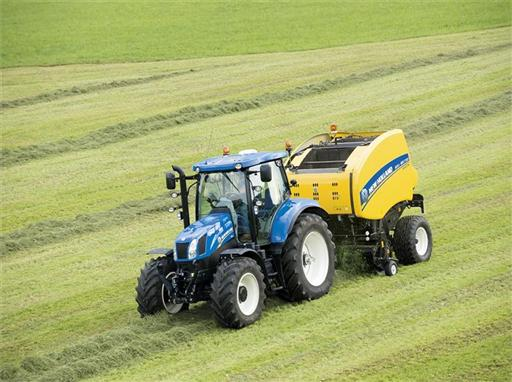 New Holland Roll Belt™ 150 CropCutter™ working in silage
