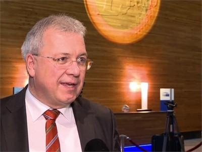 European Parliament celebrates and debates the Euro's 20th birthday