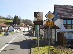 GLS stiftet Tempo-Schilder in Neuenstein