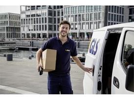 GLS Zustellfahrer mit Paket (3)