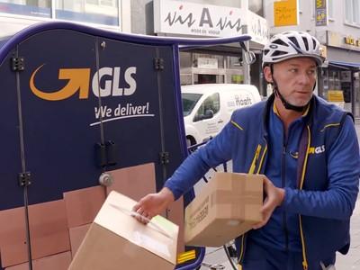 Smart unterwegs für GLS Germany: Zustellfahrer Bilal mit dem eBike in der Fußgängerzone