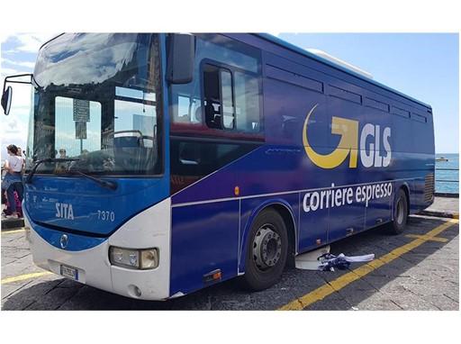 Autobus brandizzato GLS sulla costiera Amalfitana