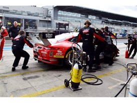 Mid-race tyre change for the top placed Porsche team