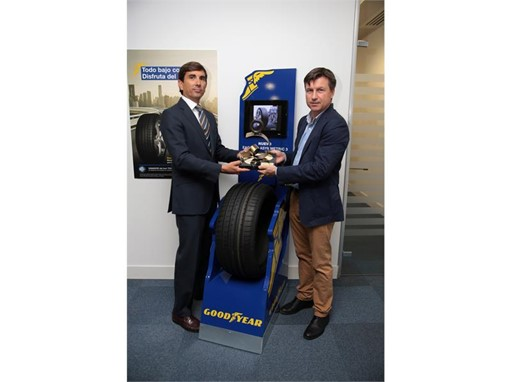 "Goodyear receiving the ""Tire of Year"" Award from Magazine ""Neumáticos y Mecánica Rápida"""