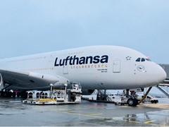 Pünktlich zum Ende des 100. Kranich-Geburtstags: Erster Airbus A380 in neuem Lufthansa Design