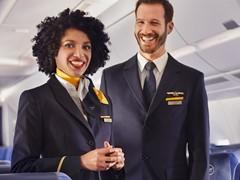 Flugbegleiter mit Service Management Profil (SMP) –  erste Absolventen mit IHK-Abschluss bei Lufthansa