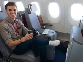 """Am liebsten nie mehr aussteigen: Emmanuel genießt seinen """"ersten Business-Class-Flug""""."""