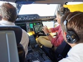 Harte Arbeit: auch im Cockpit - Die Acceptance Flight Crew testet das Flugzeug in extremen Flugsituationen.