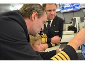 Beim Briefing: Kapitän Marc Kehnen und KA Andreas Hobohm erklären jedes Detail