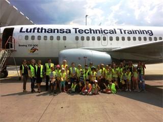 Children discover Lufthansa