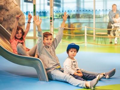 FMG und Lufthansa eröffnen neue Kinderspielfläche im Terminal 2