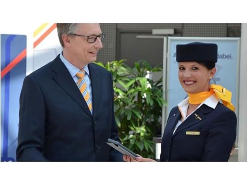 Lufthansa CMD 1 Leiter Kabine Muenchen Michael Knauf mit Flugbegleiterin