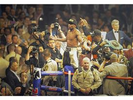 Mayweather gestures to crowd 3699