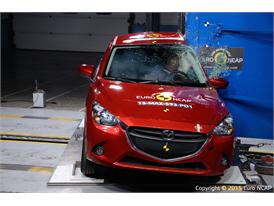 Mazda 2 - Pole crash test 2015