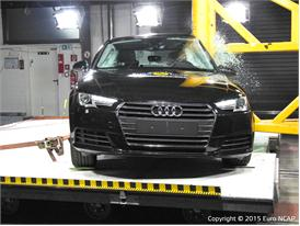 Audi A4  - Pole crash test 2015