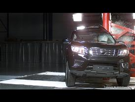 Nissan NP300 Navara - Pole crash test 2015
