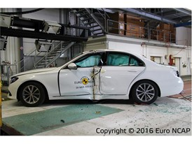 Mercedes-Benz E-Class- Pole crash test 2016 - after crash