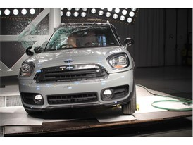 MINI Countryman - Pole crash test 2017