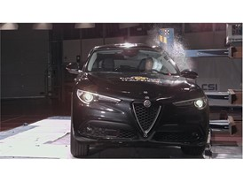 Alfa Romeo Stelvio  - Pole crash test 2017