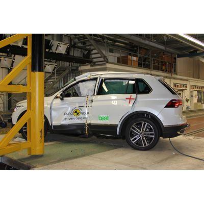 VW Tiguan eHybrid - Pole crash test 2016 - after crash