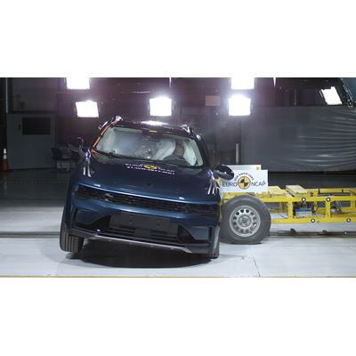 Lynk & Co 01 - Side Mobile Barrier test 2021