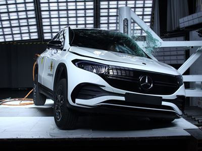 Mercedes-EQ EQA - Pole crash test 2019