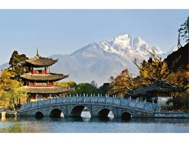 Die chinesischen Stadt Lijiang vor dem Himalaja