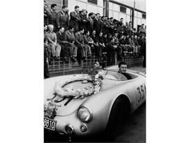 Fahrer Hans Herrmann und Herbert Linge nach dem Sieg bei der Mille Miglia 1954 rgb