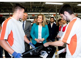 Spanish Minister for Employment and Social Security Fátima Báñez speaking with a couple of dual VT apprentices