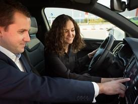 Fabian Simmer, responsable de digitalización de SEAT y Adriana Escrivá, CEO de BeMobile