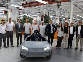 Students and proffesors during the presentation of the electric car for driver education to Luca de Meo and Xavier Ros