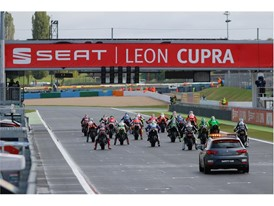 Safety car 1 accompanies the motorcycles on the fast lap