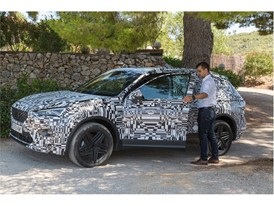 Stefan Ilijevic, an engineer at the SEAT Technical Centre, tests the SEAT Tarraco with camouflage