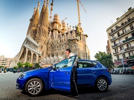 Antonio Calvo, Sustainable Mobility at SEAT, begins the challenge at the steps of Gaudí's monument onboard a SEAT Leon 1