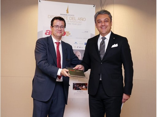 AutoRevista editor Luis Miguel González presents SEAT President Luca de Meo with the Executive of the Year award