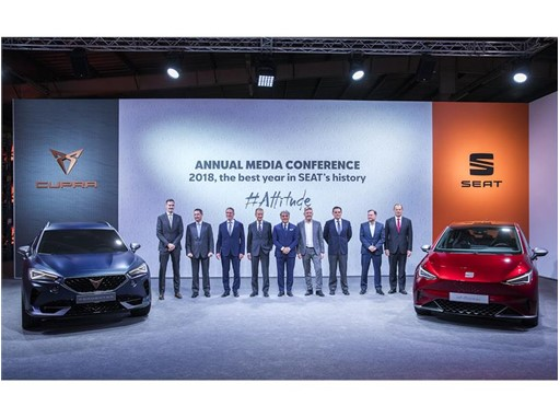 Volkswagen CEO Dr. Herbert Diess, SEAT CEO Luca de Meo and the SEAT Executive Committee next to the SEAT el-Born and the