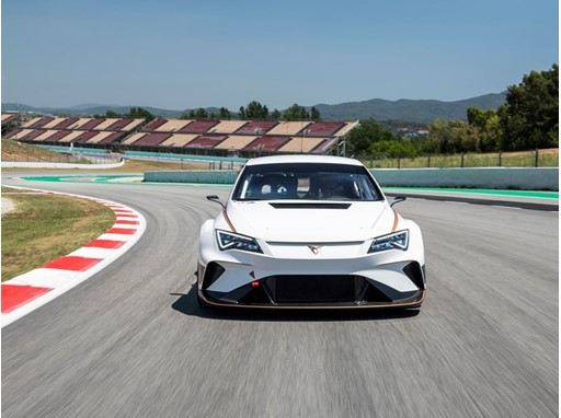 The CUPRA e-Racer delivers 300 kW of continuous power, reaching peaks of 500 kW