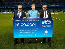 Kevin De Bruyne Hands Over the Cheque to ICRC