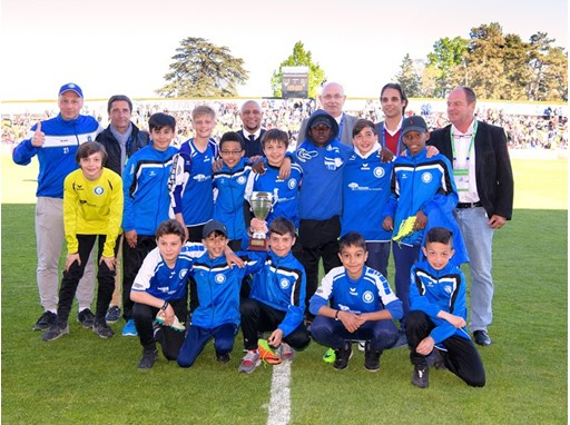 FC Versoix winners of the mini-tournament received the cup from Roberto Carlos
