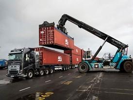 Volvo_Trucks_vs_750_Tonnes_1