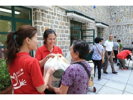 Around 30 warm-hearted volunteers from Wynn Macau participate in the hamper distribution