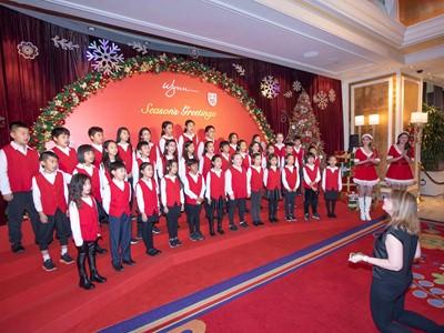 永利邀請澳門國際學校兒童合唱團到永利澳門的酒店大堂為市民和旅客獻唱聖誕歌曲