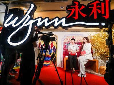 Wynn hosts a live streaming session with popular Mainland Chinese blogger Zhang Jiefang, and interacts with local audien