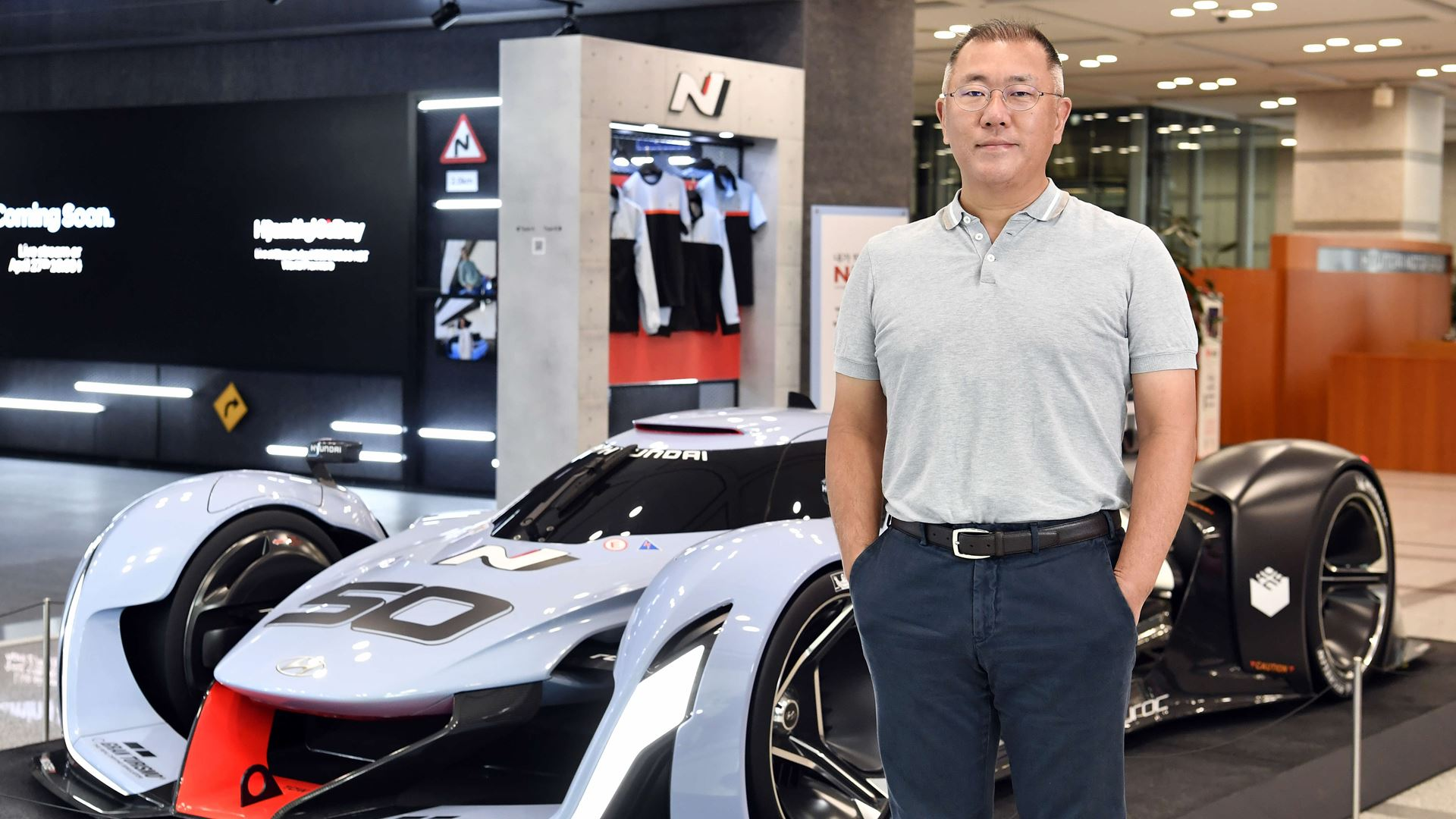 Hyundai Motor Group Chairman Euisun Chung Honored with the Issigonis Trophy at the 2021 Autocar Awards - Image 1