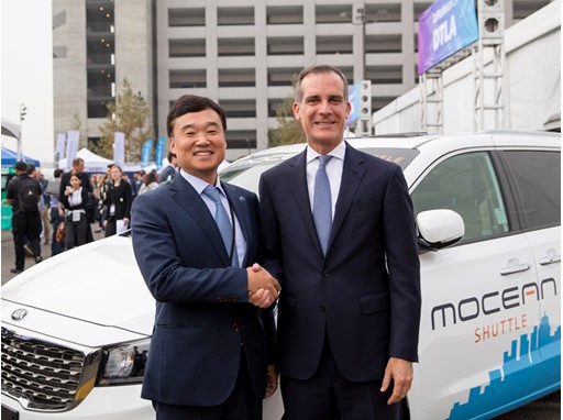 Left : Hyundai Motor Company, EVP KyoungLim Yun / Right : LA Mayor, Eric Garcetti